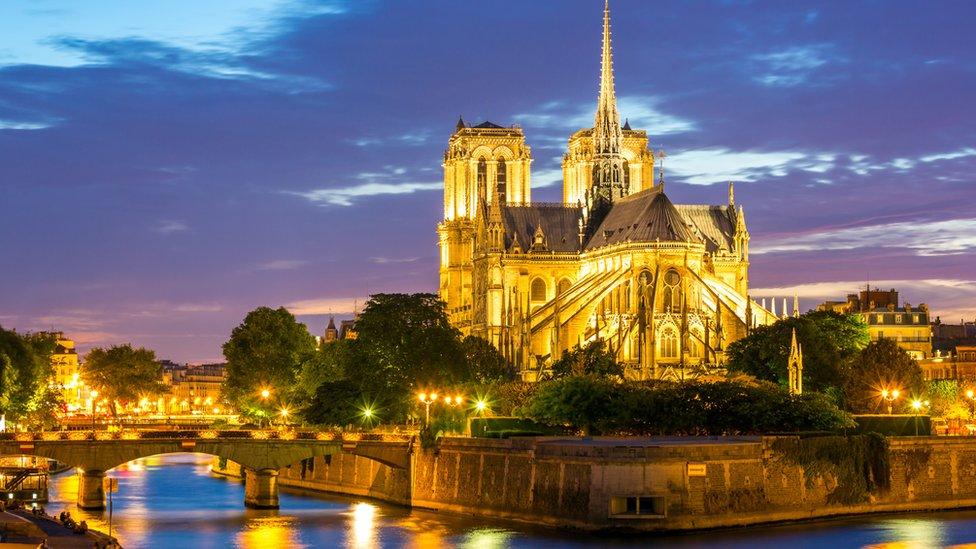 Esta imagen tiene un atributo ALT vacío; su nombre de archivo es Notre-Dame-6.jpg